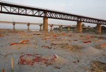 Photo of कोभिड–१९ महामारीबीच गङ्गा नदी किनारामा शवको थुप्रो