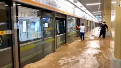 Photo of चीनको एउटा सबवे स्टेशनभित्र बाढीको पानी पस्दा कयौं यात्रु अलपत्र